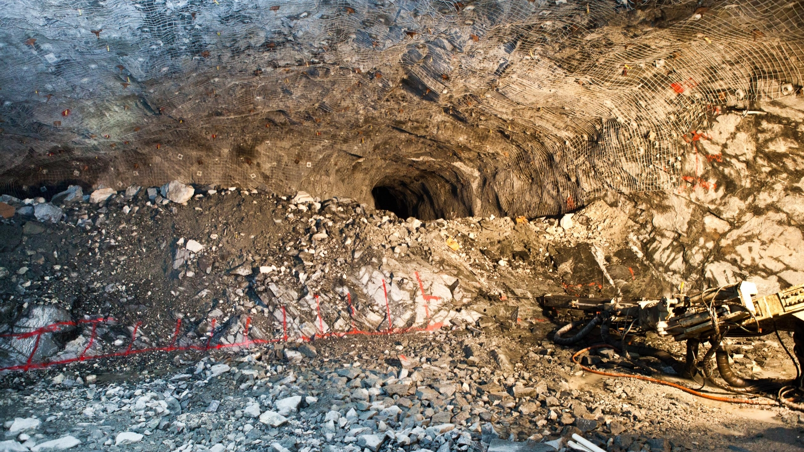 A new cavern in the middle of excavating.